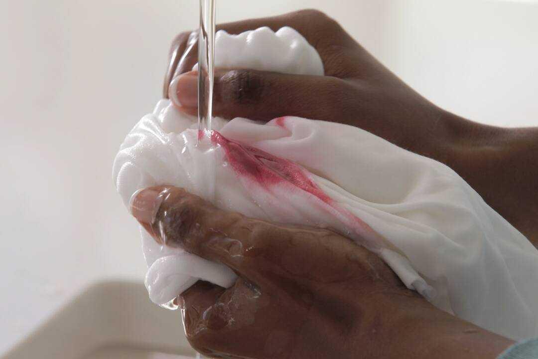 tẩy sạch vết máu khô
