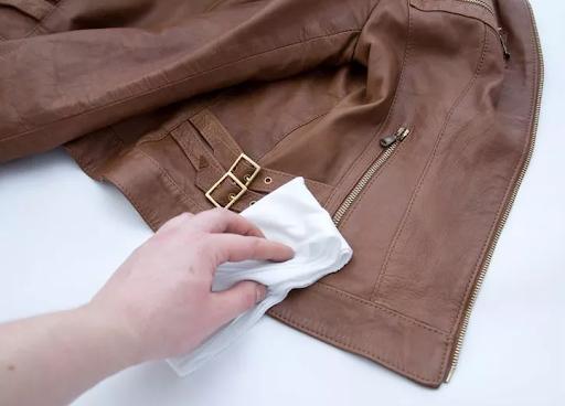 cách làm sạch áo da bị mốc